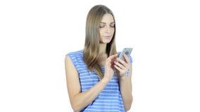 Mujer que usa Smartphone, fondo blanco, jóvenes, almacen de metraje de vídeo
