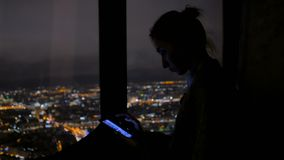 Mujer que usa smartphone negro vertical en la noche almacen de video