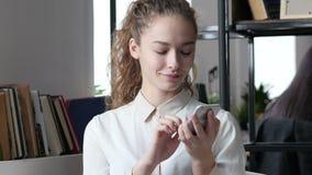 Mujer que usa Smartphone, oficina interior, jóvenes,