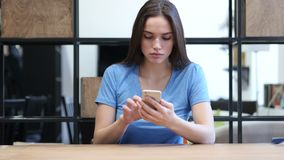 Mujer que usa Smartphone, oficina interior, jóvenes, metrajes