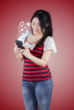 Mujer que usa smartphone para tener acceso a medios sociales Foto de archivo libre de regalías