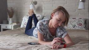 Mujer que usa Smartwatch almacen de video