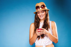 Mujer que usa SMS o mandar un SMS de la lectura del teléfono móvil Imagen de archivo libre de regalías