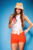 Mujer que usa SMS o mandar un SMS de la lectura del teléfono móvil Fotos de archivo