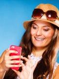 Mujer que usa SMS o mandar un SMS de la lectura del teléfono móvil Foto de archivo