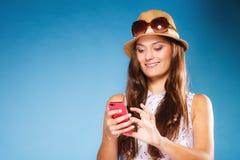 Mujer que usa SMS o mandar un SMS de la lectura del teléfono móvil Imagenes de archivo