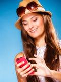 Mujer que usa SMS o mandar un SMS de la lectura del teléfono móvil Fotografía de archivo