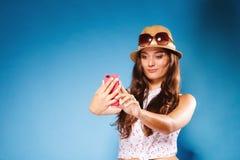 Mujer que usa SMS o mandar un SMS de la lectura del teléfono móvil Fotos de archivo libres de regalías