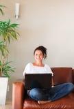 Mujer que usa su computadora portátil Imágenes de archivo libres de regalías