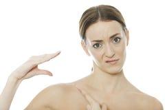 Mujer que usa su mano como marioneta Foto de archivo libre de regalías