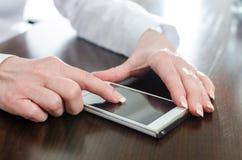Mujer que usa su smartphone Imagen de archivo libre de regalías