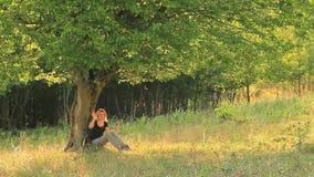 Mujer que usa su smartphone en naturaleza y agitar Foto de archivo