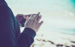 Mujer que usa su teléfono móvil Fotos de archivo libres de regalías