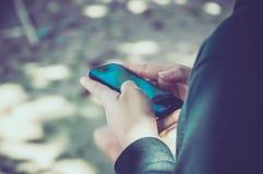 Mujer que usa su teléfono móvil Imágenes de archivo libres de regalías