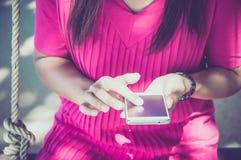 Mujer que usa su teléfono móvil Foto de archivo
