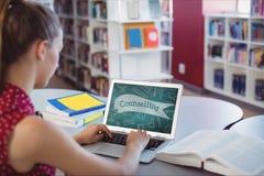 Mujer que usa un ordenador con los iconos de la escuela en la pantalla Imágenes de archivo libres de regalías