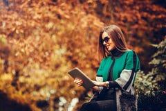 Mujer que usa un ordenador de la tablilla Foto de archivo libre de regalías