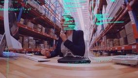 Mujer que usa un ordenador mientras que en el teléfono metrajes