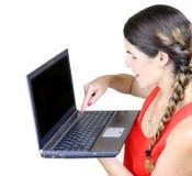 Mujer que usa un ordenador portátil Foto de archivo