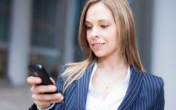 Mujer que usa un teléfono celular Imágenes de archivo libres de regalías