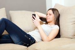 Mujer que usa un teléfono celular foto de archivo