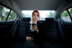 Mujer que usa un teléfono elegante Fotos de archivo libres de regalías