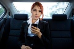 Mujer que usa un teléfono elegante Fotografía de archivo