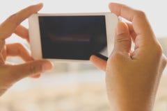 Mujer que usa un teléfono elegante Foto de archivo