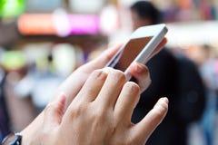Mujer que usa un teléfono elegante Foto de archivo libre de regalías
