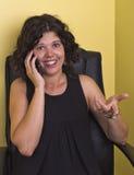 Mujer que usa un teléfono móvil Fotos de archivo