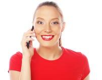 Mujer que usa un teléfono móvil aislado en un fondo blanco Imagen de archivo libre de regalías