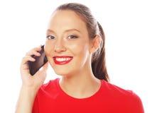 Mujer que usa un teléfono móvil aislado en un fondo blanco Imágenes de archivo libres de regalías