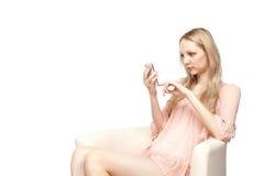 Mujer que usa un teléfono móvil Imagen de archivo