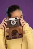 Mujer que usa una cámara de la vendimia Foto de archivo libre de regalías