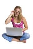Mujer que usa una computadora portátil Imágenes de archivo libres de regalías