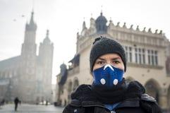 Mujer que usa una máscara, protegiéndose contra niebla con humo imágenes de archivo libres de regalías