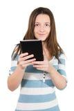 Mujer que usa una PC de la tableta Imagen de archivo