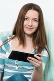 Mujer que usa una PC de la tableta Imagenes de archivo