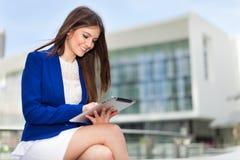 Mujer que usa una tableta digital Fotos de archivo libres de regalías