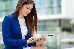 Mujer que usa una tableta digital Foto de archivo