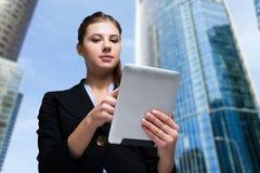 Mujer que usa una tablilla digital Imagenes de archivo
