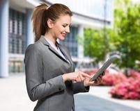 Mujer que usa una tablilla digital foto de archivo libre de regalías
