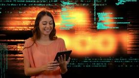 Mujer que usa una tablilla digital metrajes