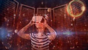 Mujer que usa VR con el fondo de la constelación almacen de metraje de vídeo