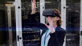 Mujer que usa VR en sitio del servidor almacen de metraje de vídeo