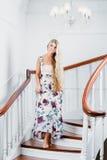 Mujer que va abajo de las escaleras Imagen de archivo