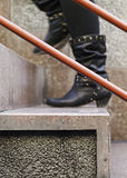 Mujer que va abajo de las escaleras Imagen de archivo libre de regalías