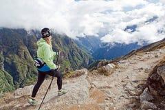 Mujer que va de excursión en las montañas de Himalaya Foto de archivo libre de regalías