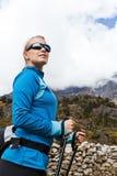 Mujer que va de excursión en montañas Foto de archivo libre de regalías