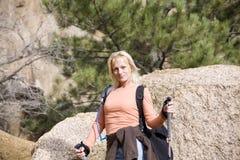 Mujer que va de excursión en montañas Imagenes de archivo
